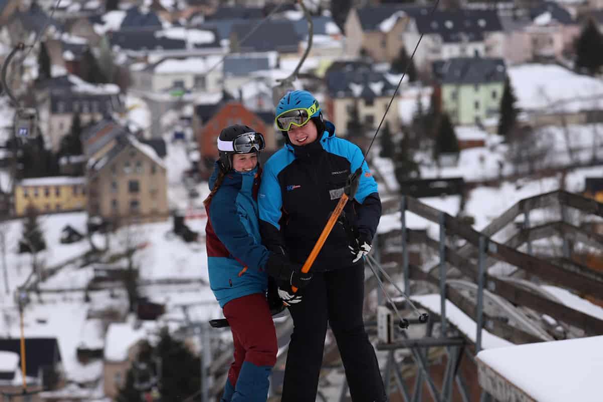 Skifahrer und Snowboarder am Schlepplift ©WR
