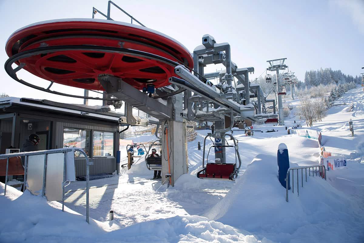 Verschneite Talstation der Adlerfelsenbahn in der Skiarena Eibenstock ©WR