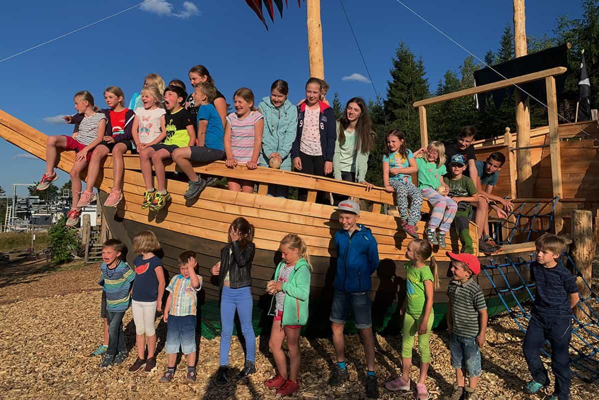 Verein am Wikingerschiff in Wurzelrudis Erlebniswelt ©WR