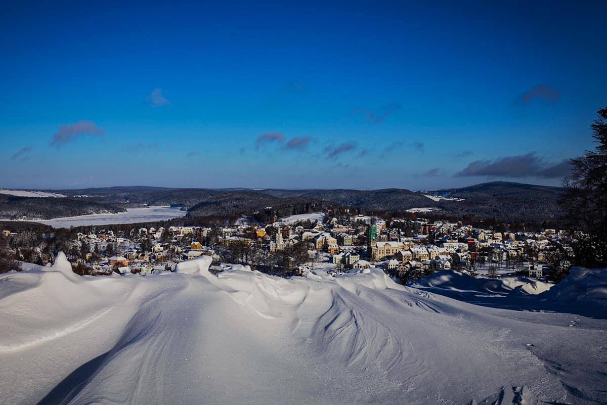 Schneeverwehungen mit Blick auf Eibenstock ©WR