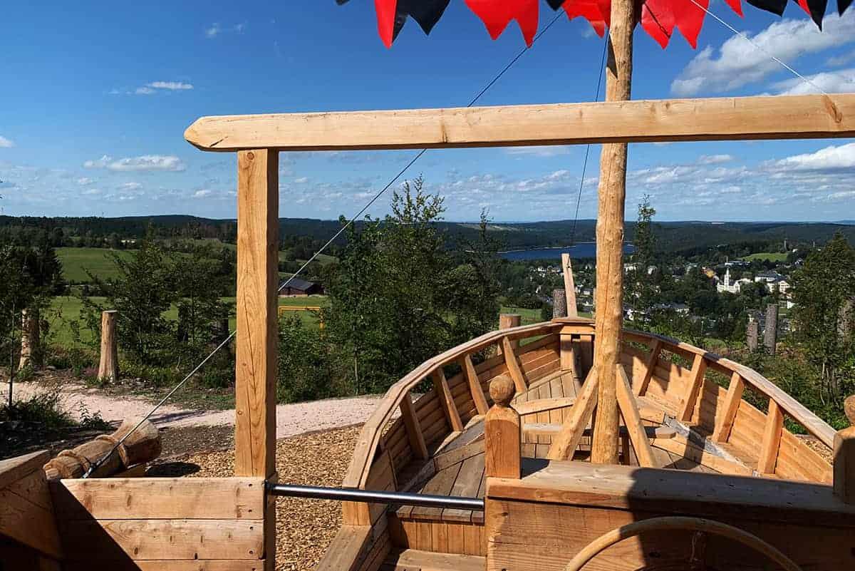 Blick vom Wikingerschiff in Wurzelrudis Erlebniswelt über Eibenstock ©WR