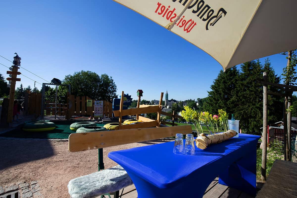 Biergarten und Reifenrutsche in Wurzelrudis Erlebniswelt in Eibenstock ©WR
