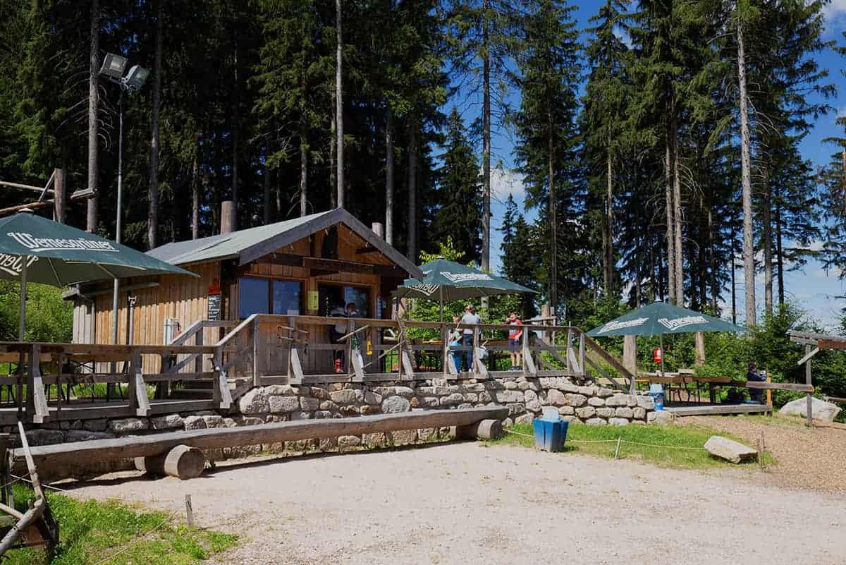 Adleralm am Fuße des Adlerfelsen in Wurzelrudis Erlebniswelt in Eibenstock ©WR